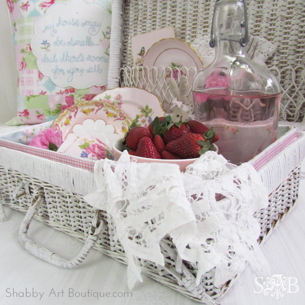 Shabby Art Boutique - Picnic basket make-over