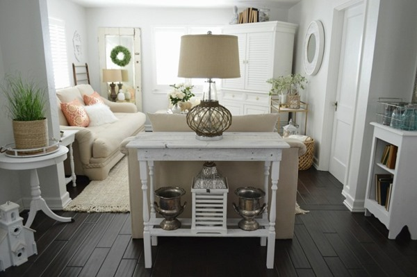 Shabbilicious Sunday takes a tour around the gorgeous Fox Hollow Cottage. See how Shannon creates a home on an everyday budget. Click to visit or PIN for later.