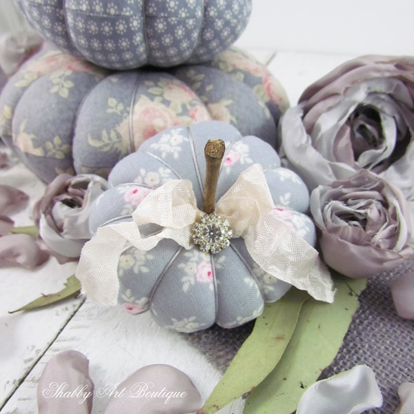Gorgeous handmade elements by Kerryanne English for fall decorating. Get the free tutorials on Shabby Art Boutique. PIN for use later.