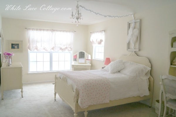 Shabbilicious Sunday visits Anne at White Lace Cottage for a tour of her beautiful home. Love her daughters gorgeous shabby bedroom. See more at Shaby Art Boutique