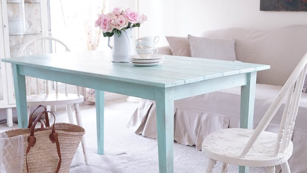 Shabbilicious Sunday visits Anne at White Lace Cottage for a tour of her beautiful home. Love her rustic farm table. See more at Shaby Art Boutique