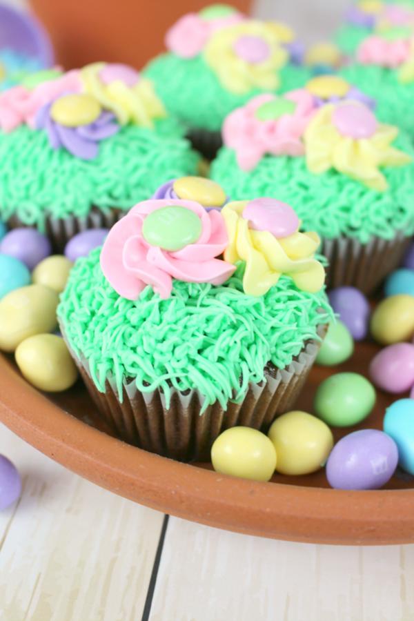 Flower-Garden-Cupcakes-DelightfulEMade-vert5-683x1024